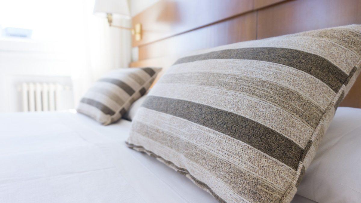 Jak nadać sypialni nutę stylu za niewielkie pieniądze? Oto nasze propozycje