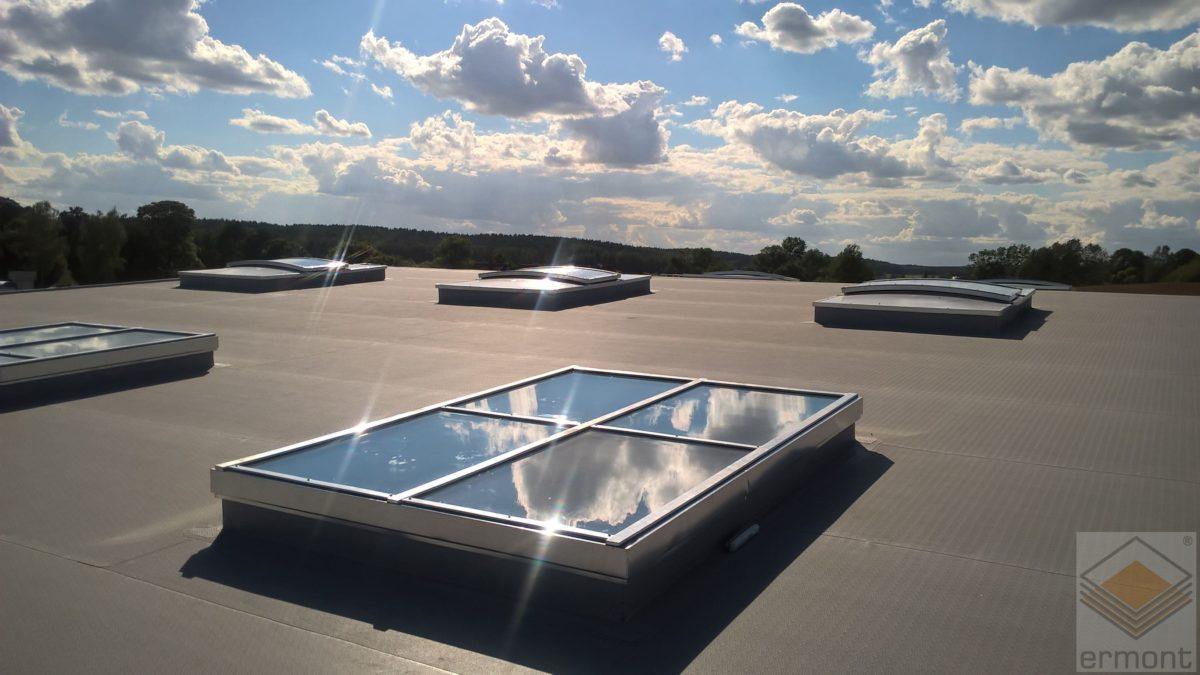 Świetliki dachowe jako sposób na tanie oświetlenie dużych obiektów przemysłowych, komercyjnych i usługowych