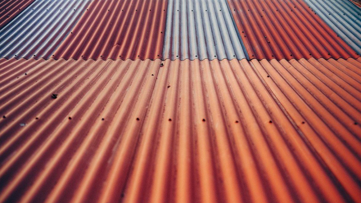 Elementy blaszane do wykańczania powierzchni dachu – co warto wiedzieć?