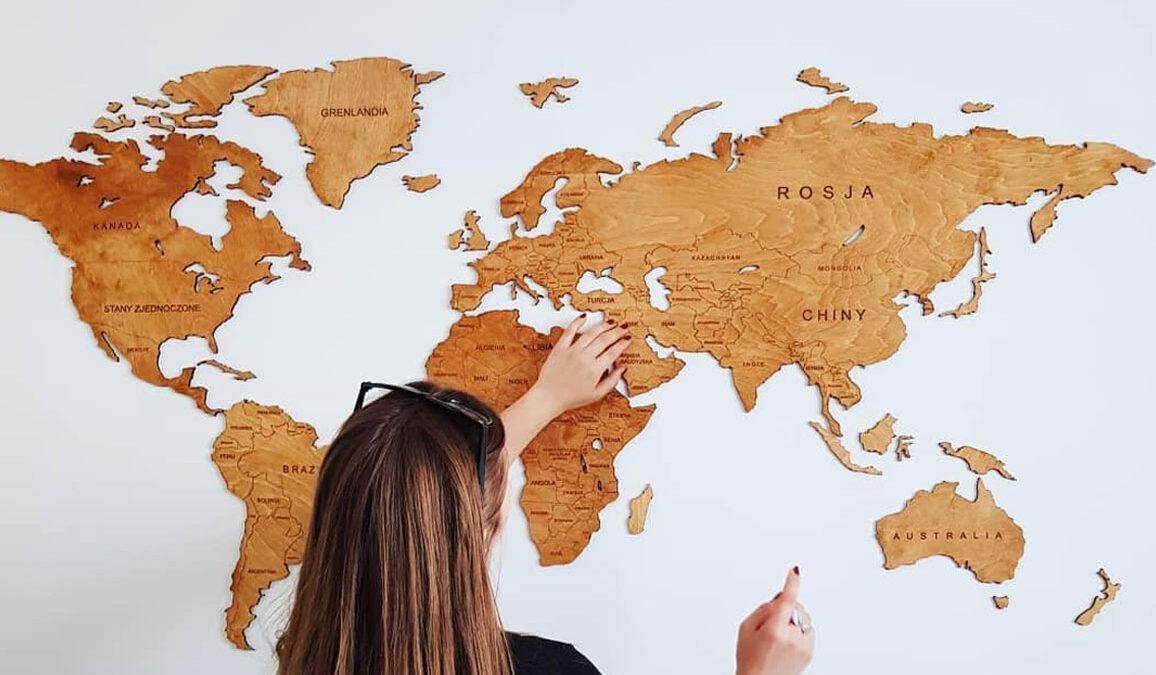 Drewniana mapa świata na ścianę – czy warto mieć taką dekorację?