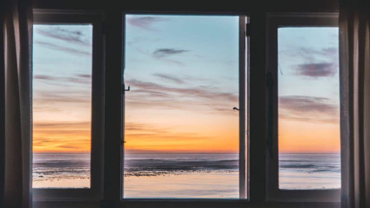 Dlaczego warto mieć rolety okienne?