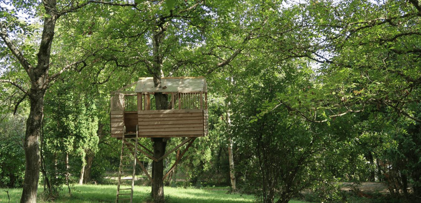 mały domek na drzewie