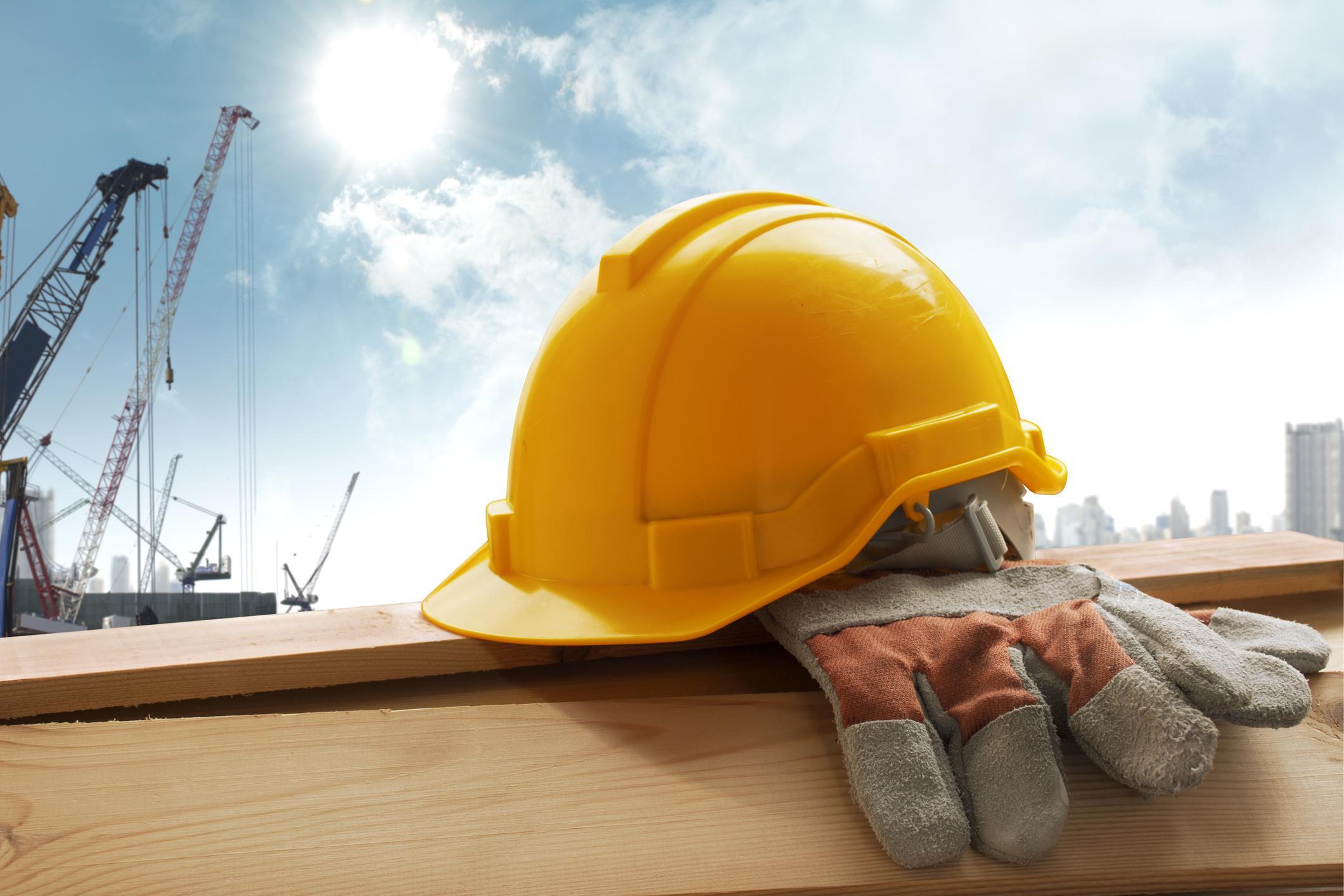 kask na budowie