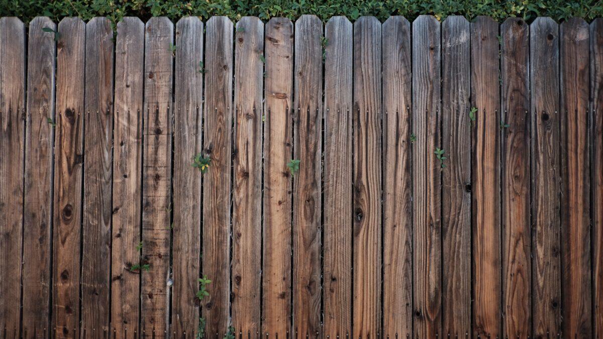 Płot drewniany, metalowy czy kamienny – co wybrać?