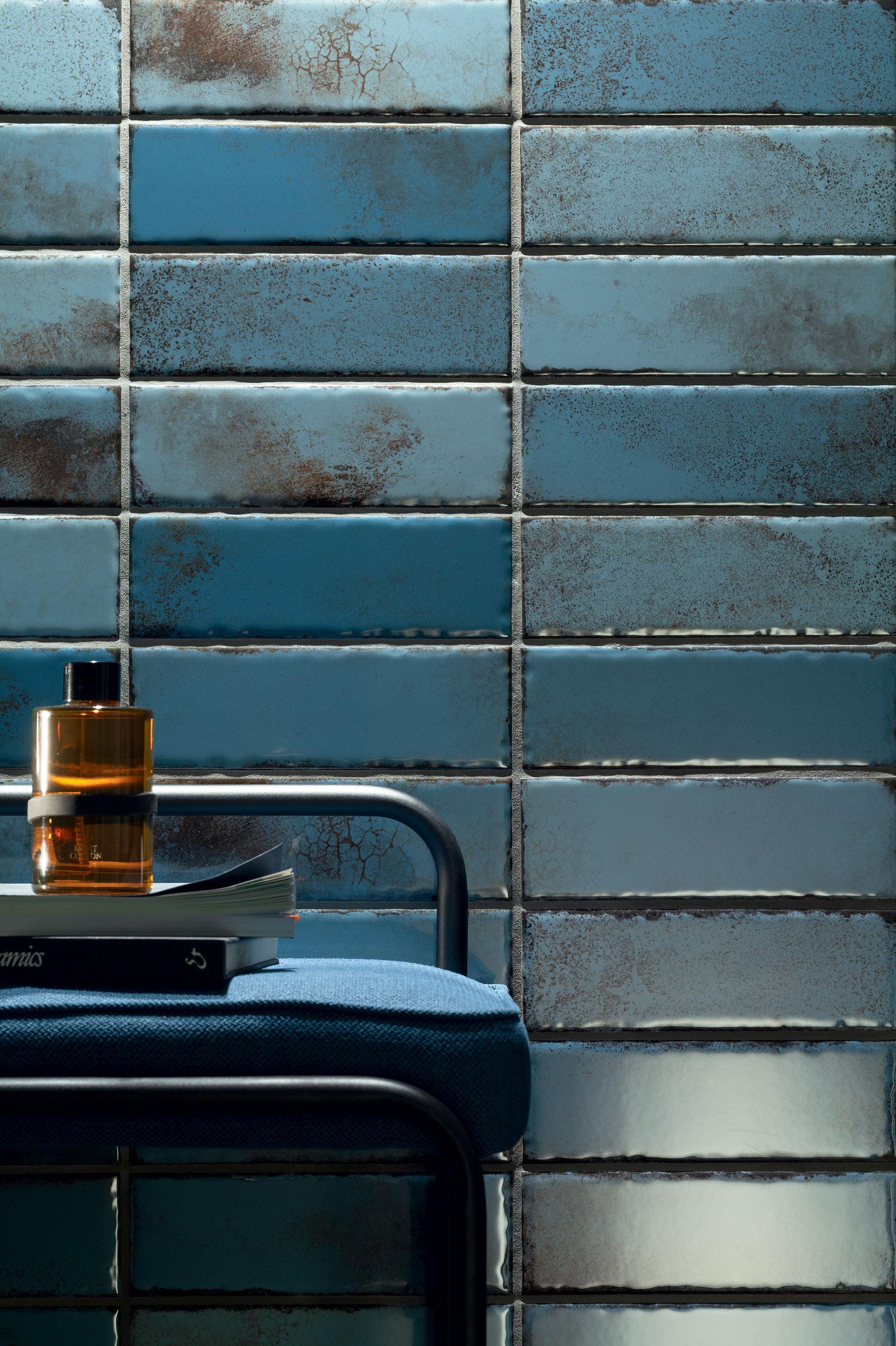 Styl mid-century modern na ścianie w łazience